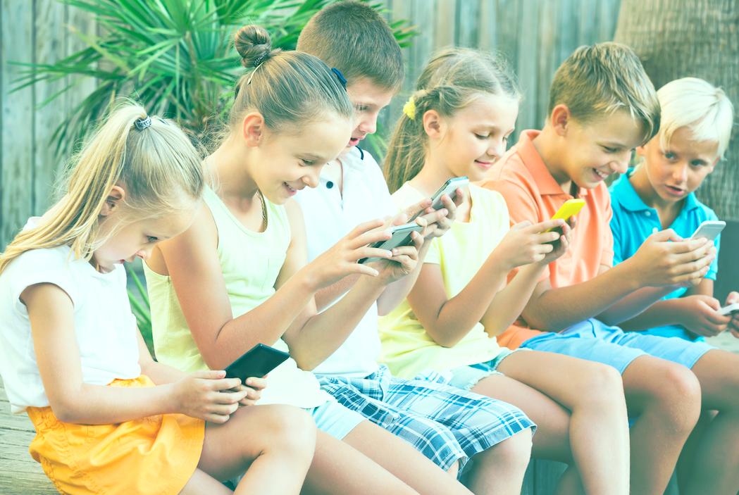 Ragazze e ragazzi con smartphone